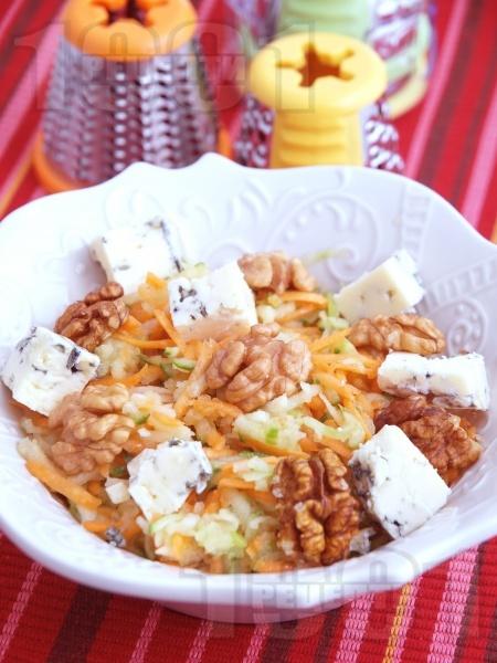 Лесна салата с ябълки, моркови, орехи и синьо сирене - снимка на рецептата